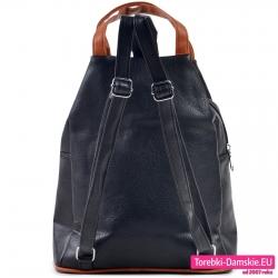 Czarny plecak z regulowanej długości paskami