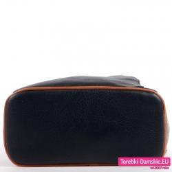 Czarny plecak z płaskim sztywnym spodem