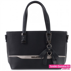 Czarna torebka średniej wielkości z kokardą