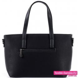 Z tyłu czarnej torebki zamykana kieszeń suwakiem