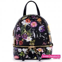 Mały czarny plecaczek damski z kwiatami i złotym suwakiem