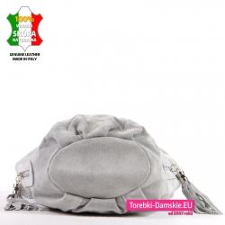 Spód zamszowej torebki szarej o eliptycznym kształcie