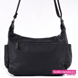 Średniej wielkości czarna torebka z kieszenią z tyłu i na bokach