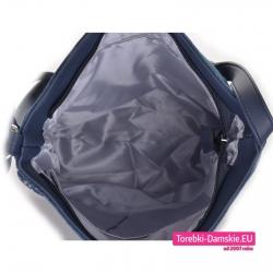Średniej wielkości jeansowa torebka zamykana suwakiem z kieszeniami w środku