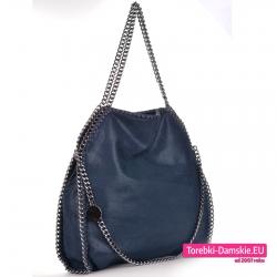 Granatowa torba damska z łańcuszkami