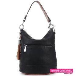 Czarna torebka średniej wielkości z kieszenią z tyłu