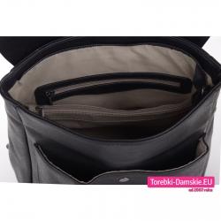 Pojemny zamykany suwakiem czarny plecak damski z dużą ilością kieszeni wewnątrz