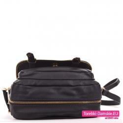 Czarna torebka z zamkiem błyskawicznym na obwodzie