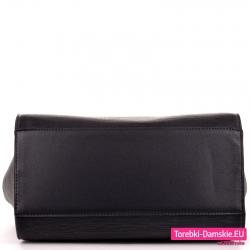 Czarny kuferek z płaskim spodem