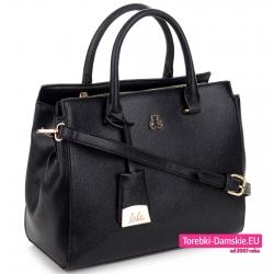 Czarna torebka średniej wielkości kuferek z niedźwiadkiem, paskiem dopinanym i złotą przywieszką