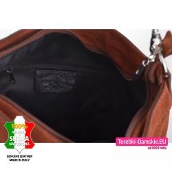 Zamykana suwakiem zamszowa brązowa torebka skórzana z przegrodą i kieszeniami wewnątrz