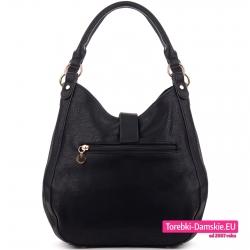 Czarna torebka na ramię w pięknym kształcie