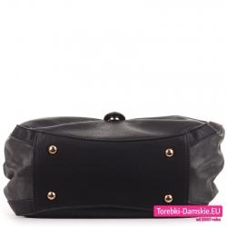 Czarna torebka z metalowymi stopkami do stawiania