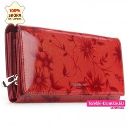 Duży czerwony portfel z motywem kwiatowym i złotymi połyskującymi drobinkami