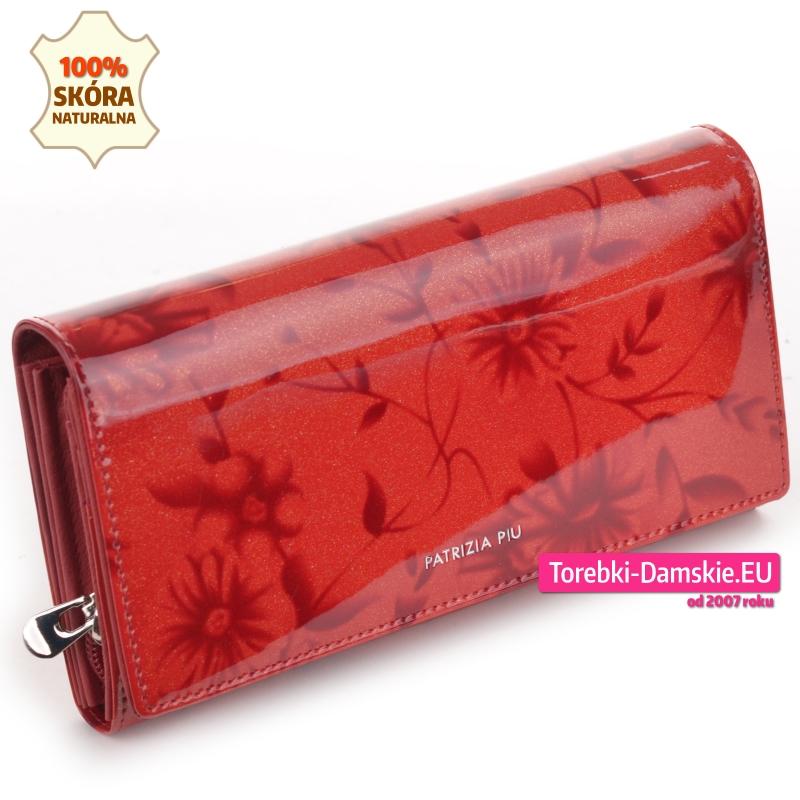Czerwony duży skórzany lakierowany portfel damski w kwiaty