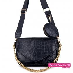Czarna torebka ze złotym łańcuszkiem, klapą i odpinaną portmonetką