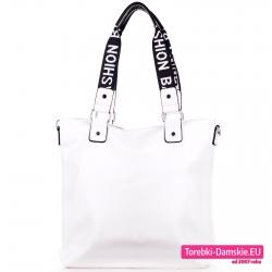 Biała duża torba damska shopper na szerokich paskach na ramię