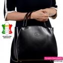 Krawędzie boczne tej czarnej torebki skórzanej ozdobiono elementem suwaka