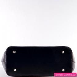 Czarna torebka ze skóry pod spodem stopki do stawiania
