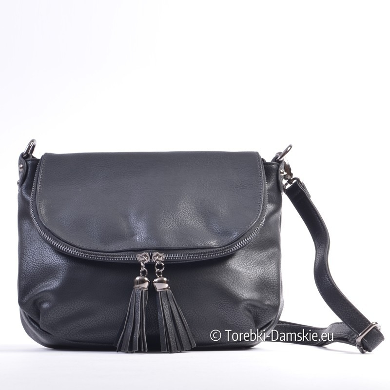 Czarna listonoszka torebka damska z klapką i efektownymi frędzlami ozdobnymi