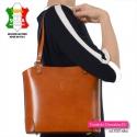 Wytworna torebka średniej wielkości w pięknym odcieniu brązu z paskiem długim dopinanym w komplecie