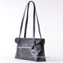 Przeznaczona do noszenia na ramieniu czarna klasyczna torebka z klapą