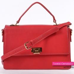 Czerwona torebka z klapą i złotymi detalami metalowymi